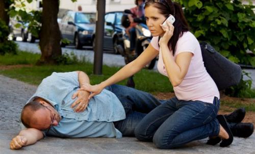 женщина звонит в скорую для мужчины с инсультом