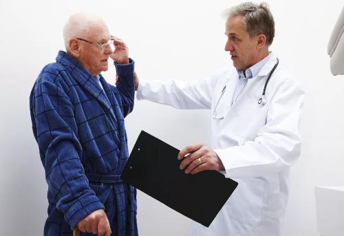 врач осматривает пациента с «мушками» перед глазами